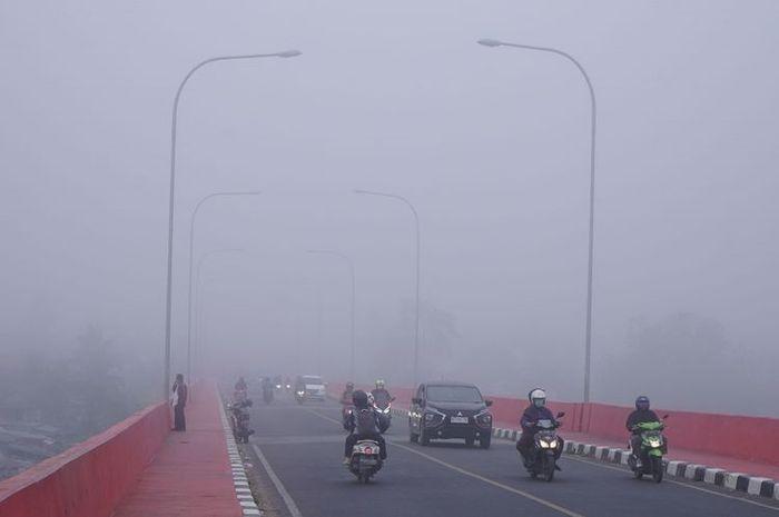 Jarak Pandang Terbatas, Ini Cara Aman Berkendara di Kabut Asap