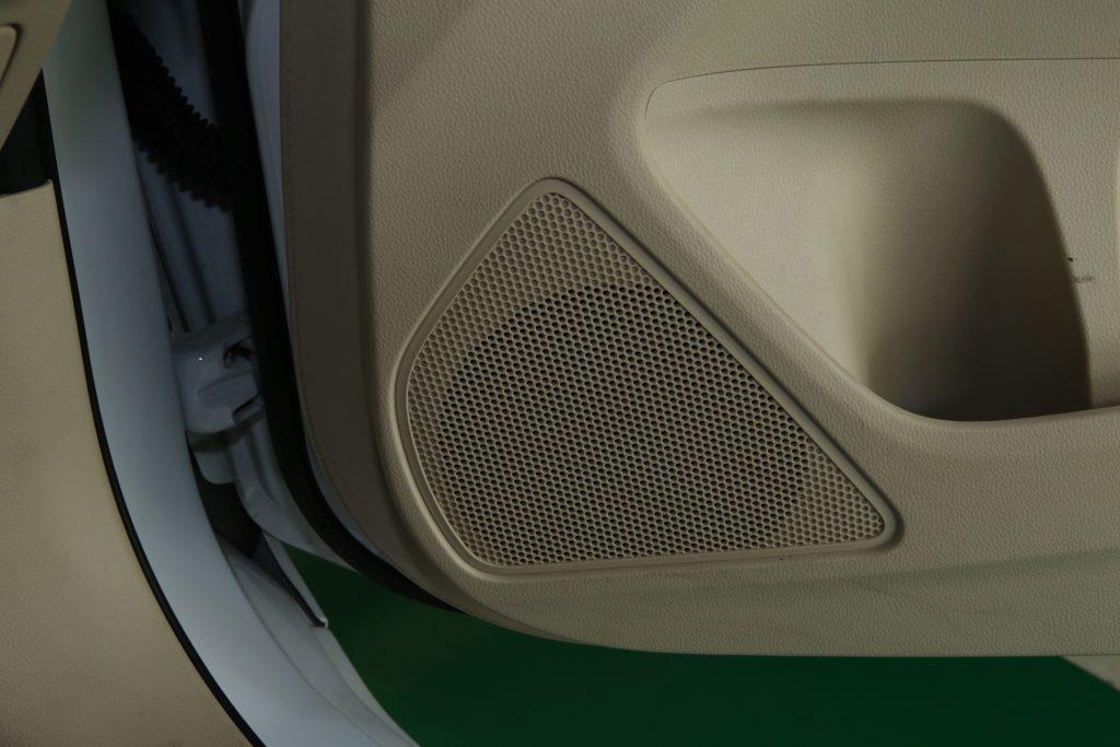 Tak Perlu Pakai Air, Simak Tips Membersihkan Speaker Mobil Anda